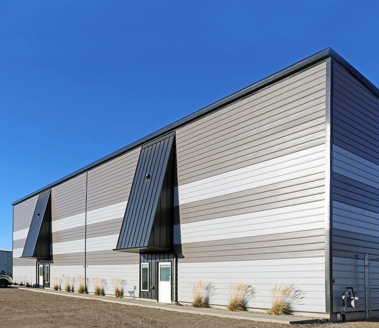Commercial Building featuring Horizontal I/9 Panel in Ascot Grey and Charcoal, and Vertical FormaLoc 16 in Black.